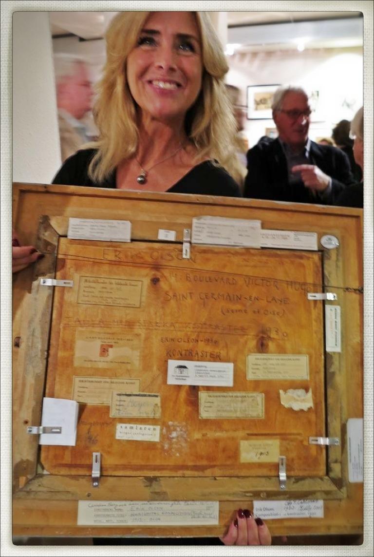 Lisa Ivemark visar konstens baksida på Stockholms Auktionsverk Moderna