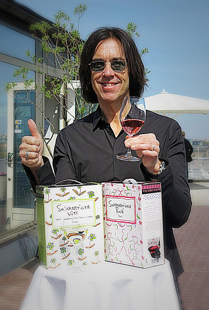 Per Gessle skålar i sitt nya boxvin Sommartider