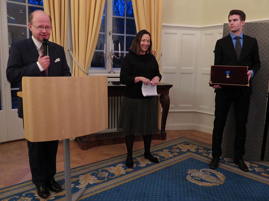Cay Bond utnämns till Officier de l'ordre national du Mérite vd en ceremoni på Franska residenset