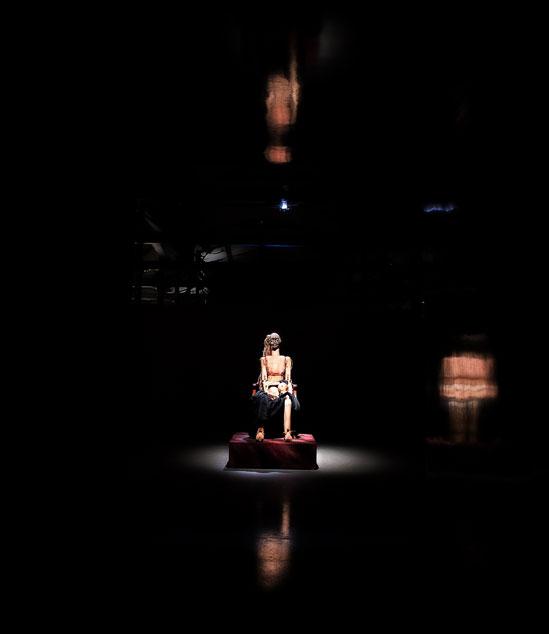 Beckers konstnärsstipendium 2015 går till Julia Bondesson. Hennes anatomiskt detaljrika och sårbart uttrycksfulla träskulpturer på Färgfabriken