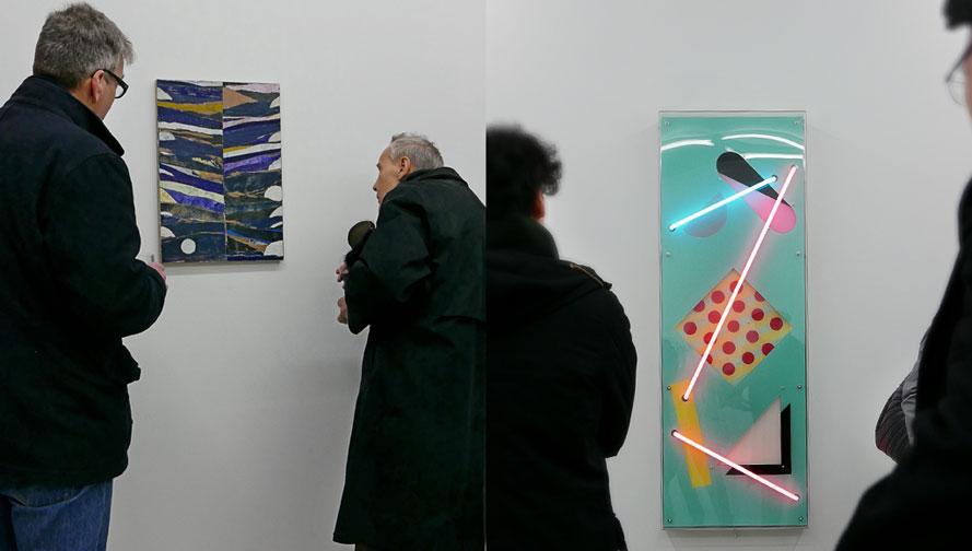 """Obetitlad målning av Sam Windett t.v. / Evren Tekinoktays neonrelief """"Bunny"""" t.h."""