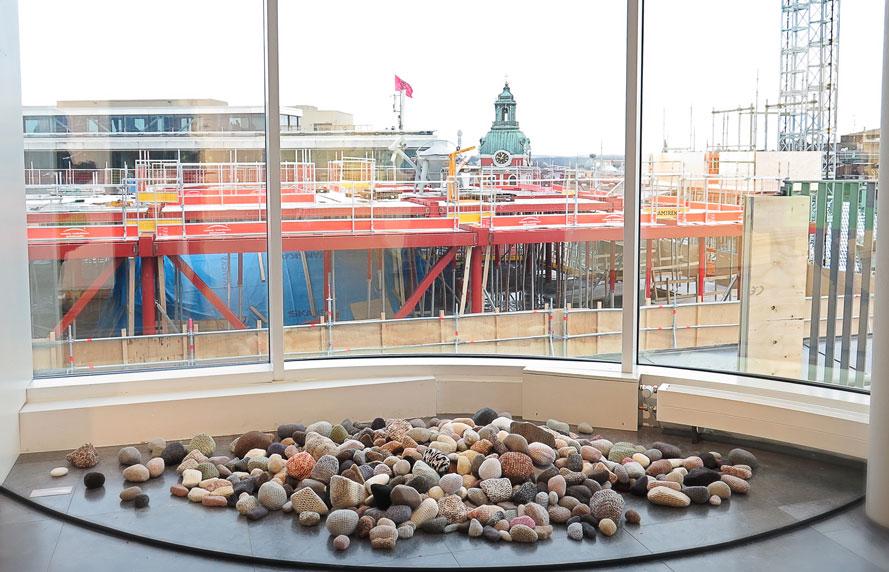 """Stenkul installation av Hannah Streefkeerk: """"To Conserve"""", stenar med stickat överdrag. 110 000 kr."""