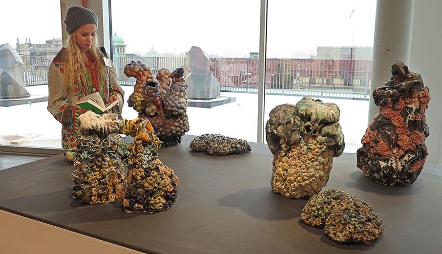 """Anna Tedestam med sin keramik """"Är detta vad vi lämnar?"""", 37 600 för 8 delar"""