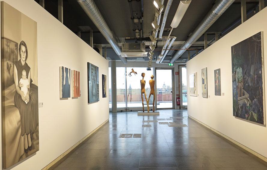 """Ann-Sofie Claessons oljemålning """"Modern och barnet"""" kostar 26 000 kr / I fönsterfonden Inga Hjohlmans träskulpturer / """"Vi"""" och """"Katten"""", 43 000 resp. 15 000 kr / Björn Carmenius olja """"Gömställe"""", 21 500"""