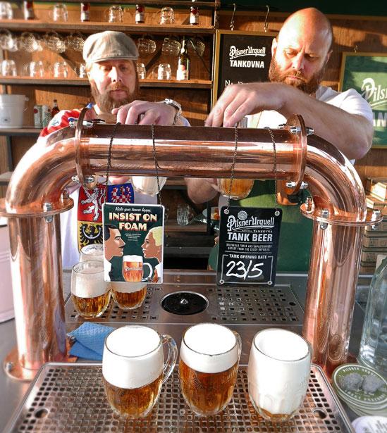 Boban Rubinski från Bar Central häller upp ölen vid premiär för Pilsner Urquell Tankovna / Pilsner Urquell Plzen Plats, Restaurang Hjerta Stockholm