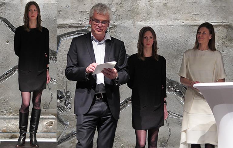 Anna Camner tar emot Beckers konstnärsstipendium 2017 av Mårten Castenfors och Jenny Lindén Urnes på Färgfabriken