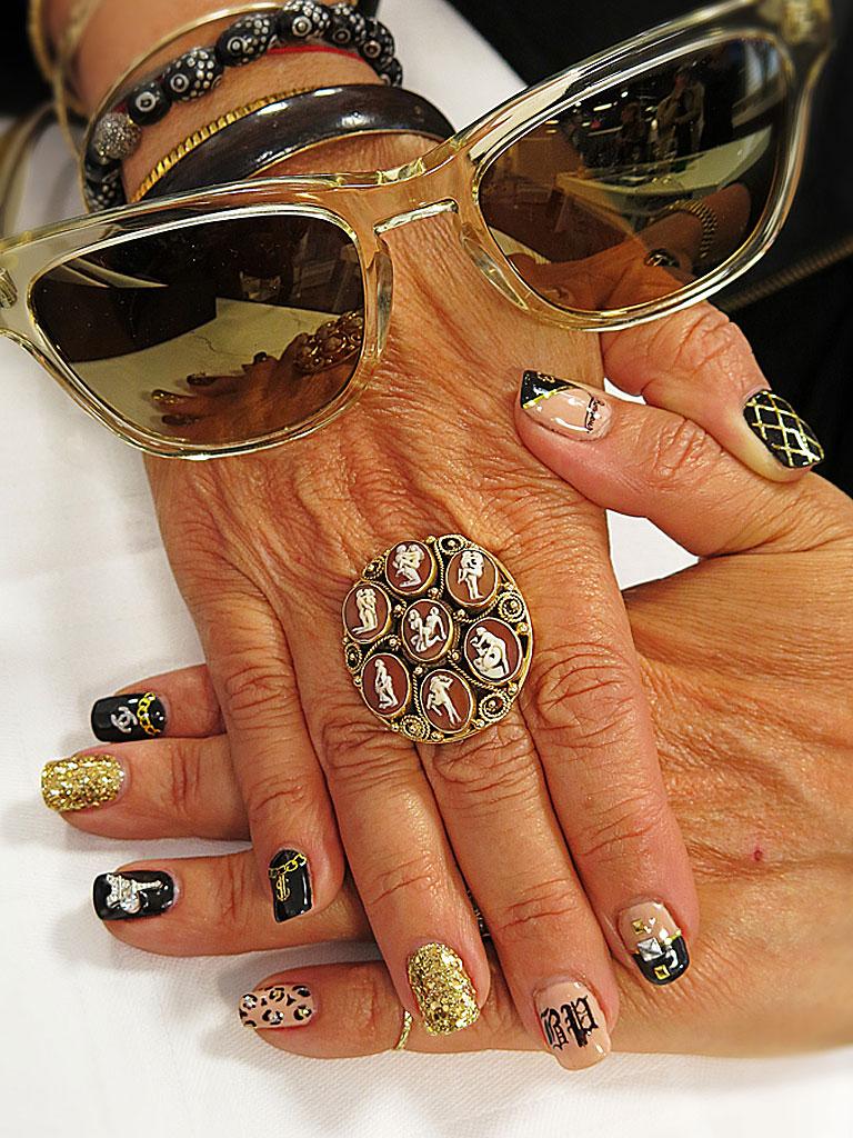 Glasögondesignern Patty_Perreira visar naglarna och sin nya kollektion Barton Perreira