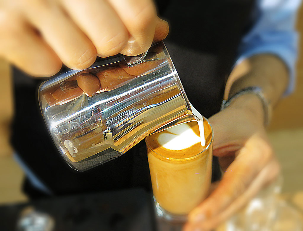 Caffellatte / Latte Art / Latte Heart av baristan Kaveh Azizian