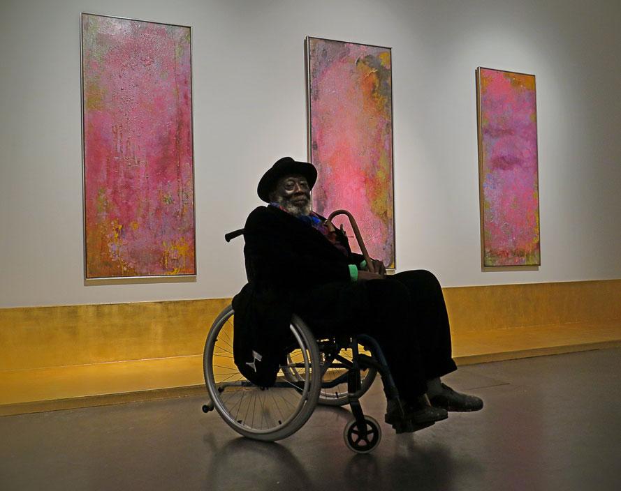 Konstnären själv vid utställningen Frank Bowling – Traingone på Spritmuseum